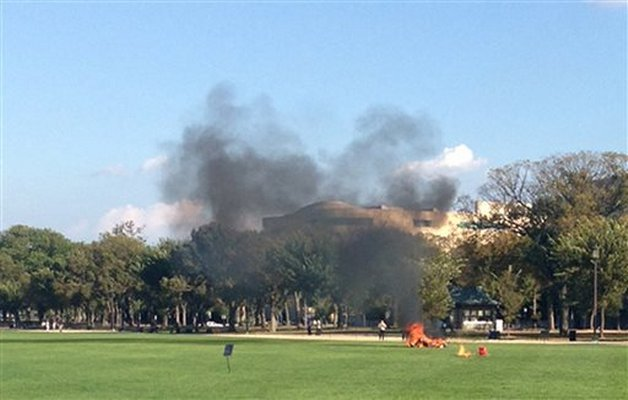 Man sets himself on fire on the National Mall-dc_fireman.jpg
